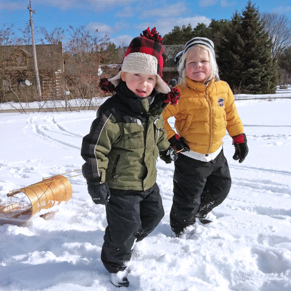 kids-tobagganning-in-winter